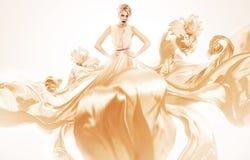 Mujer rubia atractiva en volar el vestido amarillo Imagenes de archivo