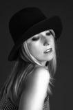Mujer rubia atractiva hermosa con el sombrero. Arte de la manera Fotografía de archivo