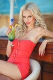 Mujer rubia atractiva hermosa en barra foto de archivo