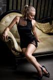 Mujer rubia atractiva hermosa en vestido negro corto imágenes de archivo libres de regalías