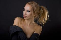 Mujer rubia atractiva hermosa Fondo oscuro Smokey eyes maquillaje fotografía de archivo libre de regalías