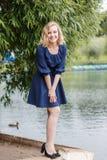 Mujer rubia atractiva joven en un parque del verano Imagen de archivo libre de regalías