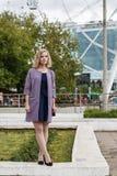 Mujer rubia atractiva joven en un parque del verano Imágenes de archivo libres de regalías