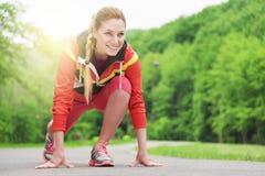 Mujer rubia atractiva que corre en pista al aire libre Fotografía de archivo libre de regalías