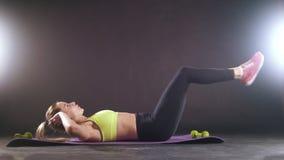 Mujer rubia atractiva rubia que ejercita - entrenamiento para abdominal metrajes