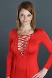 Mujer rubia atractiva que lleva un vestido apretado fotos de archivo libres de regalías