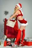 Mujer rubia atractiva que presenta en el traje franco de Papá Noel Imágenes de archivo libres de regalías
