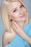 Mujer rubia bastante hermosa con diseñar del pelo corto Los ojos hacen Imagenes de archivo