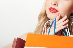Mujer rubia bastante sana después de hacer compras que va Fotografía de archivo libre de regalías