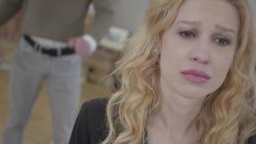 Mujer rubia bonita en el griterío del primero plano, un hombre enojado emocional que grita y que grita en el fondo Pares de SKETC almacen de metraje de vídeo