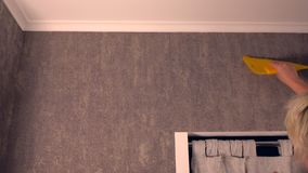 Mujer rubia capaz que redecora su casa almacen de metraje de vídeo