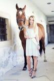 Mujer rubia con el caballo Imagen de archivo