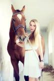 Mujer rubia con el caballo Fotografía de archivo libre de regalías