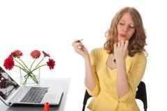 Mujer rubia con el esmalte de uñas rojo Foto de archivo libre de regalías