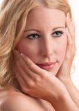 Mujer rubia con el grandes pelo, labios, piel y clavos Foto de archivo libre de regalías