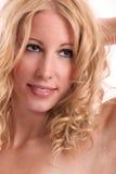 Mujer rubia con el grandes pelo, labios, piel y dientes Imágenes de archivo libres de regalías