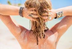 Mujer rubia con el pelo arenoso por la playa Fotos de archivo
