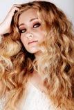 Mujer rubia con el pelo grande Fotografía de archivo libre de regalías