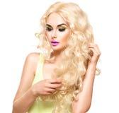 Mujer rubia con el pelo rizado largo Imágenes de archivo libres de regalías