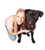 Mujer rubia con el perro del boxeador Imagen de archivo