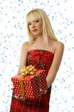Mujer rubia con el regalo de la Navidad. Copos de nieve Foto de archivo libre de regalías