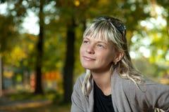 Mujer rubia con el retrato de las gafas de sol en un parque del otoño Foto de archivo