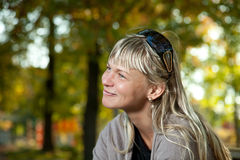 Mujer rubia con el retrato de las gafas de sol en un parque del otoño Fotos de archivo libres de regalías