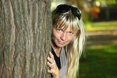 Mujer rubia con el retrato de las gafas de sol en un parque del otoño Imágenes de archivo libres de regalías