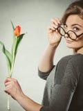 Mujer rubia con el solo tulipán Foto de archivo libre de regalías