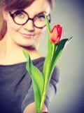 Mujer rubia con el solo tulipán Fotos de archivo