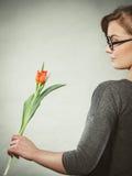 Mujer rubia con el solo tulipán Imagen de archivo