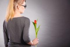 Mujer rubia con el solo tulipán Fotografía de archivo