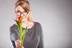 Mujer rubia con el solo tulipán Imágenes de archivo libres de regalías