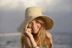 Mujer rubia con el sunhat en la playa Imágenes de archivo libres de regalías