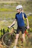 Mujer rubia con la bici Fotos de archivo