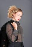Mujer rubia con la chaqueta sobre su hombro Imagenes de archivo
