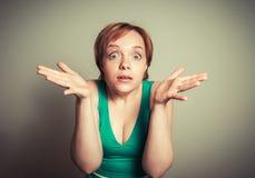 Mujer rubia con la expresión divertida Imagen de archivo libre de regalías