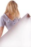 Mujer rubia con la hoja blanca del papel. #1 Foto de archivo