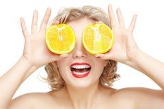 Mujer rubia con la naranja Imagen de archivo libre de regalías