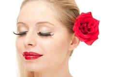 Mujer rubia con la rosa y los ojos cerrados Fotos de archivo libres de regalías