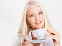 Mujer rubia con la taza de té fotografía de archivo