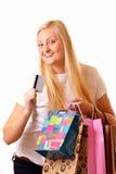 Mujer rubia con las compras y la tarjeta del descuento Foto de archivo libre de regalías