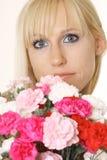 Mujer rubia con las flores Fotografía de archivo