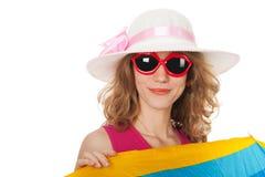 Mujer rubia con las gafas de sol en la playa Imagen de archivo libre de regalías