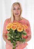 Mujer rubia con las rosas Imagen de archivo
