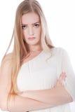 Mujer rubia con los brazos cruzados en estudio Imagen de archivo