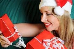 Mujer rubia con los regalos de la Navidad Fotografía de archivo libre de regalías