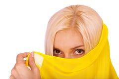 Mujer rubia con paranja amarillo Foto de archivo libre de regalías