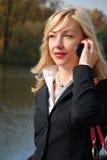 Mujer rubia con un mobil Fotografía de archivo libre de regalías