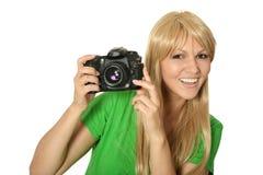 Mujer rubia con una cámara Fotografía de archivo libre de regalías